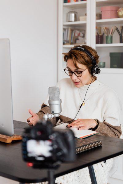 Le Doublage Voix de vos vidéos produits, marketing etc. avec Eu Coordination, agence de Traduction et d'Interprétation.