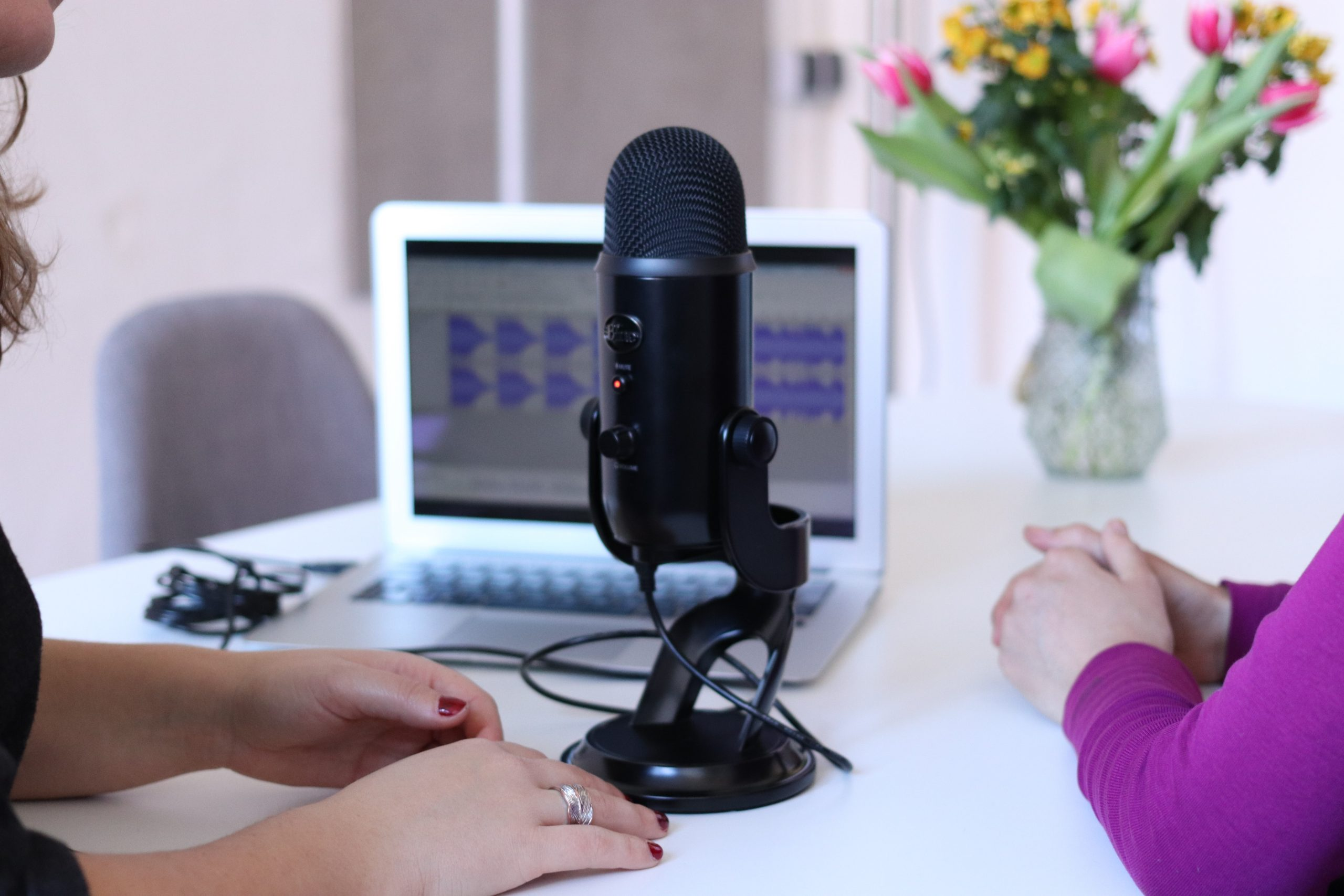 La Voix-off de vos vidéos produits, marketing etc. avec Eu Coordination, agence de Traduction Audiovisuelle.